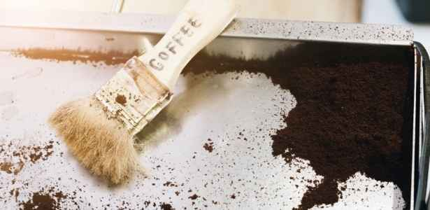 Using coffee grounds to scrub a pan