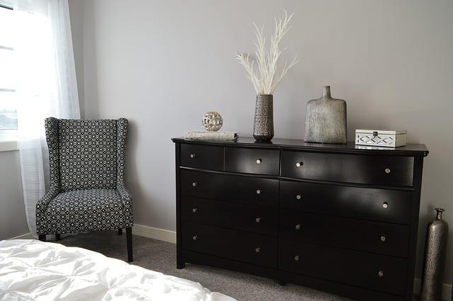 guest room - dresser