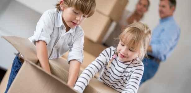 kids unpacking a box
